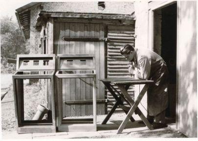 Der Firmengründer vor dem ersten Firmengebäude